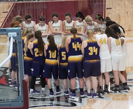 Wonderview and Bay players gathered at center court after the game to pray together. (Sonja Keith photo)